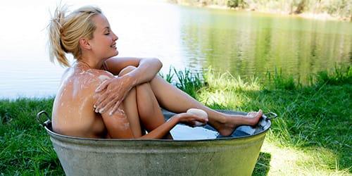 мыться в ванной на людях