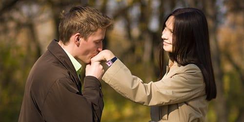мужчина целует в руку
