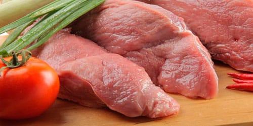 есть сырое мясо свинины во сне