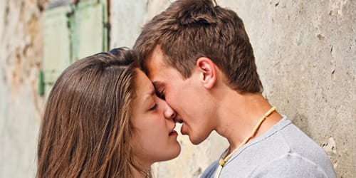 парень целует во сне