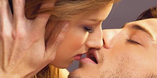парень целует в губы