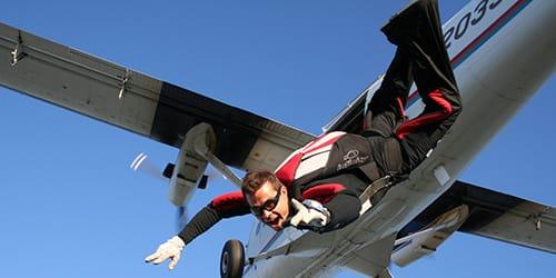 прыгать с парашютом с самолета