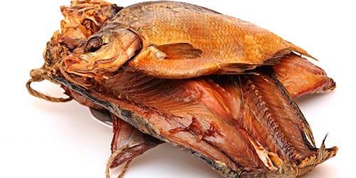 есть копченую рыбу