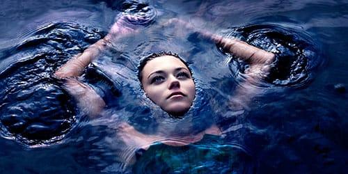 плавать в темной воде