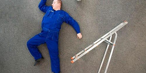 упасть с высокой лестницы