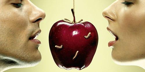 белые червяки в яблоке
