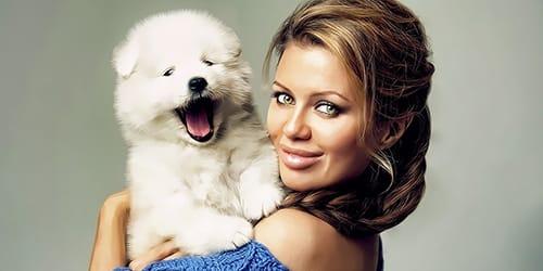 держать на руках белого щенка