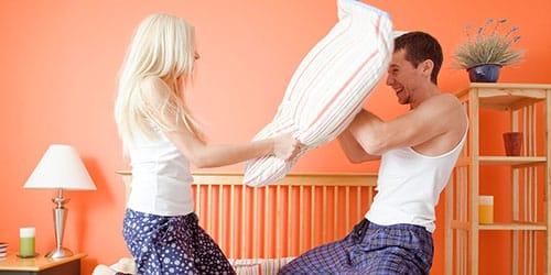 бить мужчину подушкой