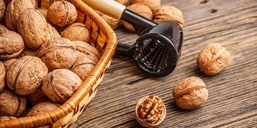 колоть и есть грецкие орехи