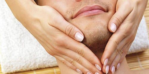 гладить человека по щеке