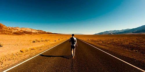 идти по дороге