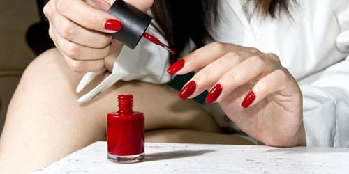 красить ногти лаком
