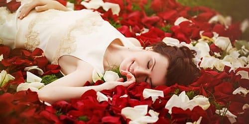 лепестки белых и красных роз во сне