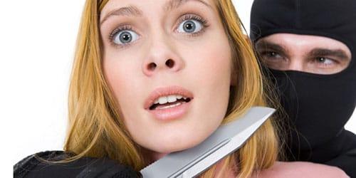 ранить ножом человека