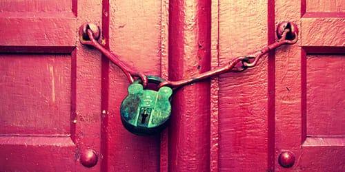 открывать ключом дверь подвала