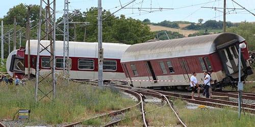 поезд сошел с рельс на скорости