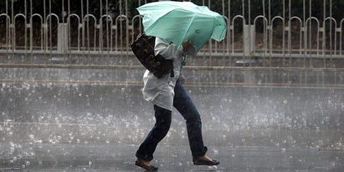 попасть под сильный дождь