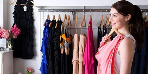 примерять платье перед зеркалом