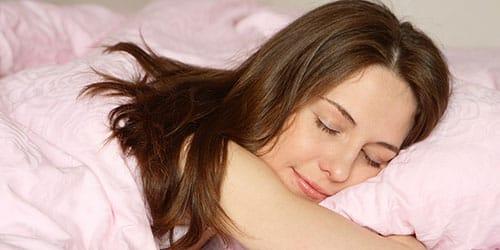 спящая женщина во сне