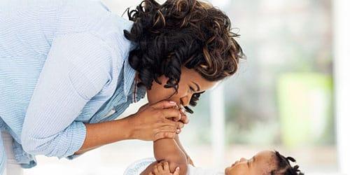 целовать ступни ребенку