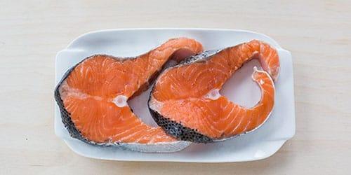 красная сырая рыба