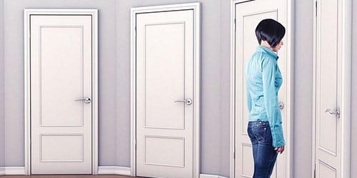стоять перед закрытой дверью