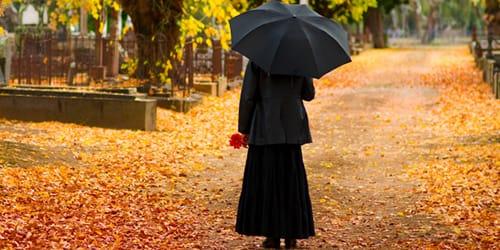 к чему снится знакомая женщина в черной одежде