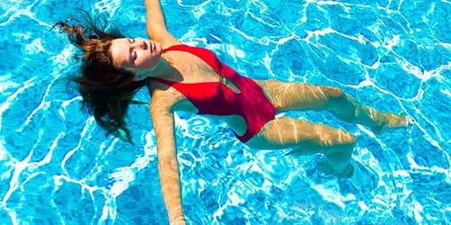 купаться в бассейне с чистой водой