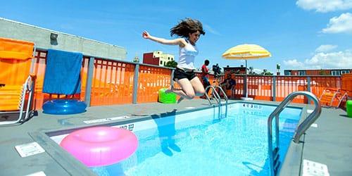 прыгать в бассейн с чистой водой