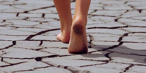 женщина с грязными ногами