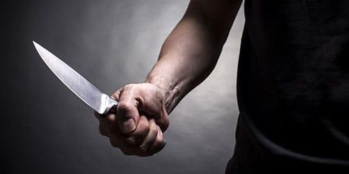 держать в руке кинжал