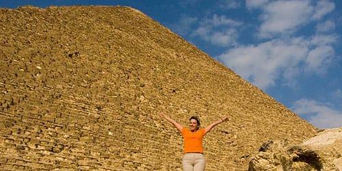стоять возле пирамиды