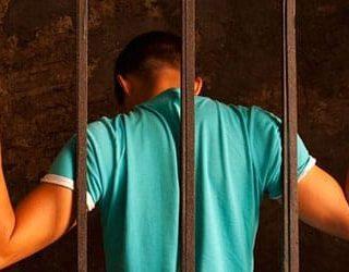 Сажают в тюрьму