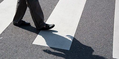 сбить человека переходящего через дорогу