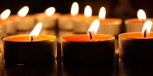 пламя свечи дрожит от сквозняка