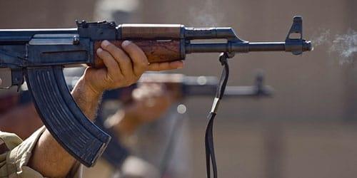 стрелять из автомата в людей