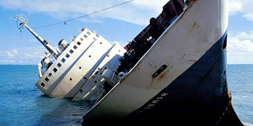корабль столкнулся с айсбергом