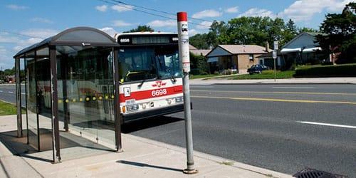 автобус подъехал к остановке