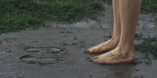 босые ноги в грязи