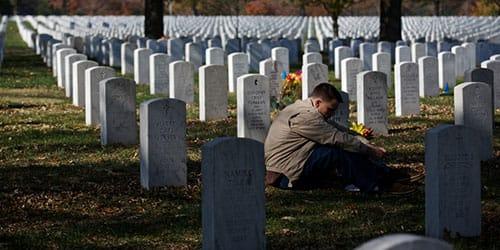 придти на могилу к живому человеку