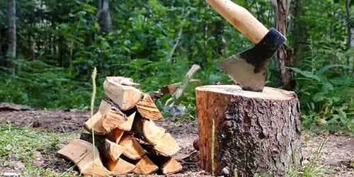 рубить дрова топором