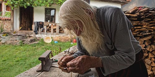 дедушка нарубил дров