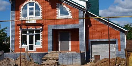строить кирпичный дом