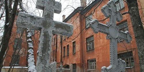 дом на кладбище