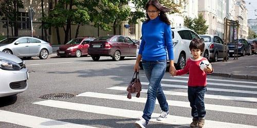 переходить дорогу без светофора