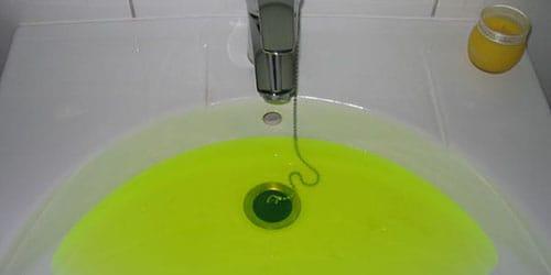 из водопровода идет зеленая вода