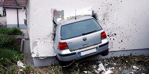 въехать в стену на машине