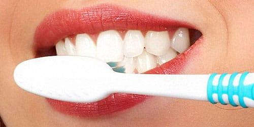 чистить белые красивые зубы
