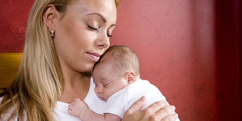 больной новорожденный ребенок на руках