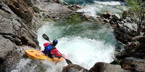 плыть по горной реке